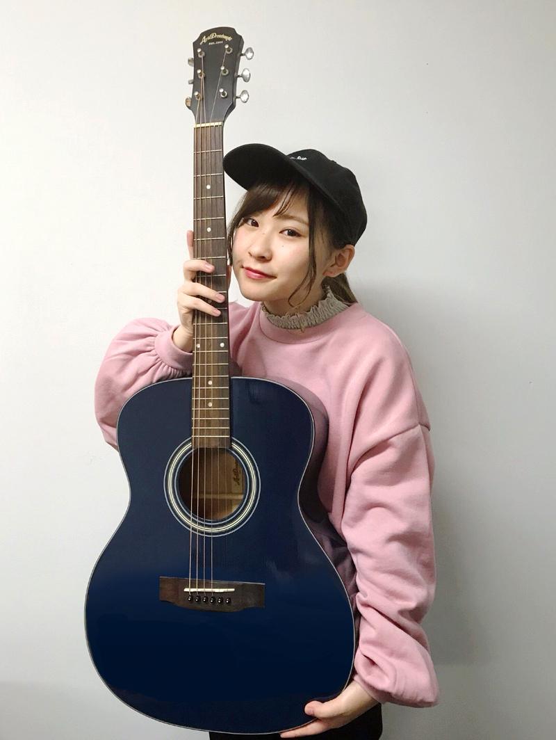 みきなつみが初めて買って、初めてのライブで使ったアコースティックギター(サイン入り)