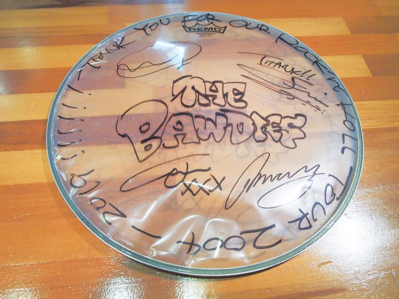 メンバー全員サイン入りドラムヘッド(サイズ小)